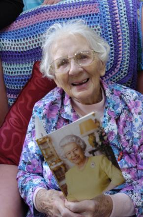 Molly on her 100th birthday with her card from the Queen n063934