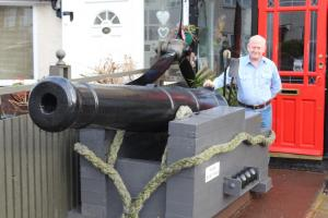 Retired Army captain defends his driveway with a cannon